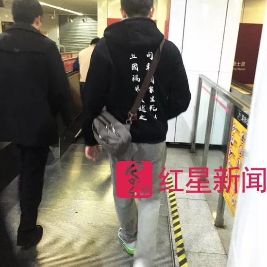 ▲李昕泽搭乘地铁时的背影  图片来源:红星新闻