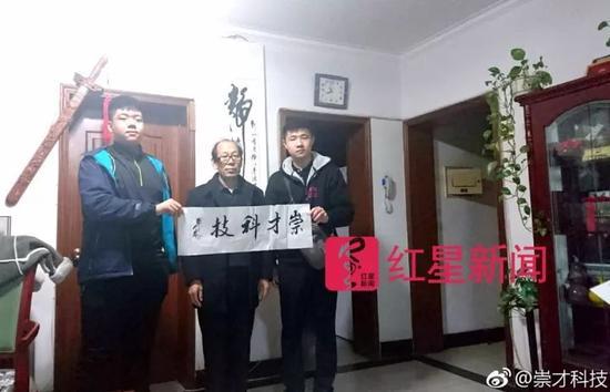 ▲李昕泽、张泽昊和某位书法家合影 图片来源见水印