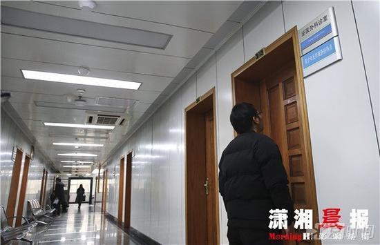11月21日,假双性畸形人周磊(右)来到湖南省第二人民医院泌尿外科检查。