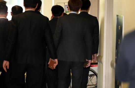 11月16日,朴槿惠因腰疼住院,黑衣保安围成人墙