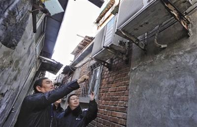 11月20日,丰台区东高地街道安全办工作人员在检查用电安全隐患。新华社记者 李欣 摄