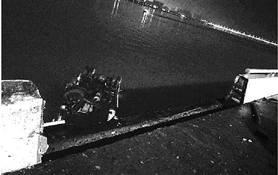 环卫车撞破大堤,一头扎进钱塘江里。