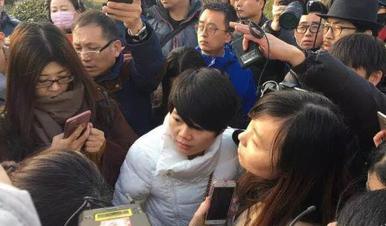 中国妇女报·中国女网记者在现场采访