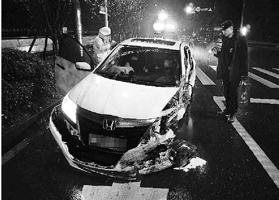 肇事的白色本田车车头撞毁。