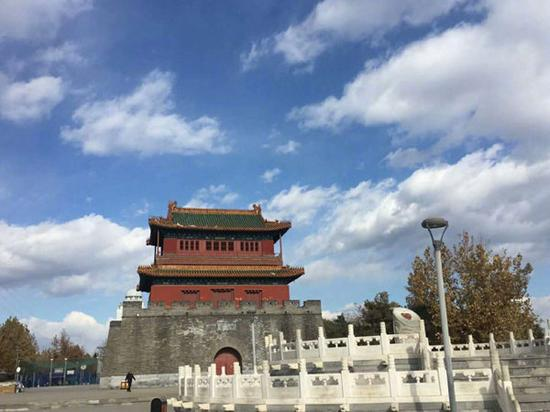23日,北京蓝天白云,分外美。(来源:微博 李雪静摄于密虹公园)