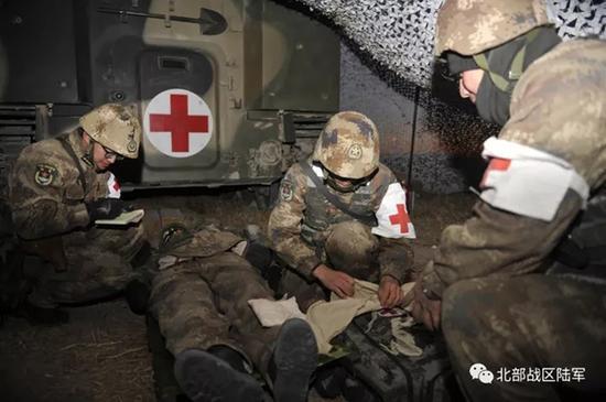 战场救护训练  谢华 摄