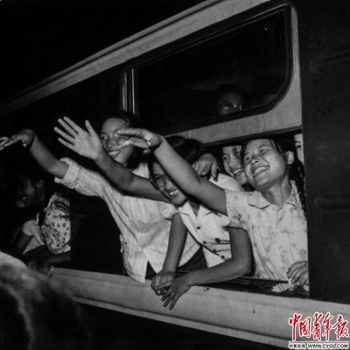 1964年8月31日,北京市第一批中学结业生出发去北大荒,在北京火车站受到热烈欢送。铁矛/摄
