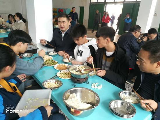 黄劲与四中学生在食堂一起用餐