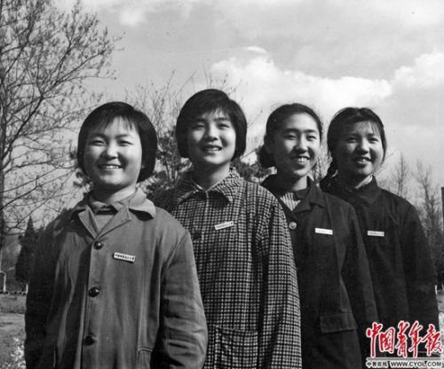 1978年,中国科技大学少年班首届学生,刘丽、江凤、牧青、刘剑岚(从左至右)。1977年12月,570万名考生走进尘封10余年之久的高考科场。铁矛/摄