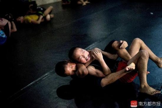 """孩子大多来自山区,尝试通过学习格斗来""""搏击""""人生。"""