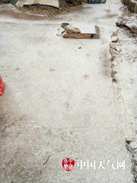 23日,延庆千家店地域泛起降雪,图为千家店村民拍摄。