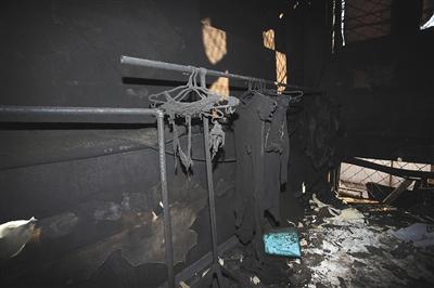 公寓二层楼道里被烧毁的衣服。