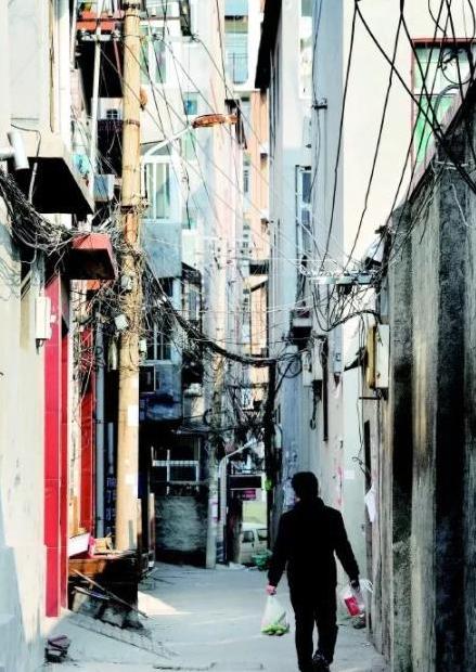 在济南后龙窝庄,狭窄的胡同随处可见。(资料片)齐鲁晚报 记者 王媛 摄