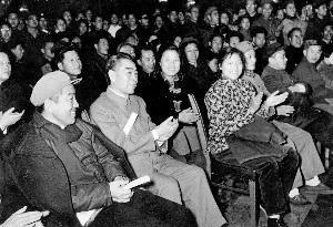 △1964年12月,周恩来在布赫陪同下观看乌兰牧骑首次进京代表队的演出