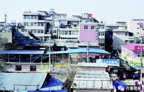 济南后龙窝庄,违建加盖的楼房密密麻麻挤在一起。齐鲁晚报 记者 王媛 摄