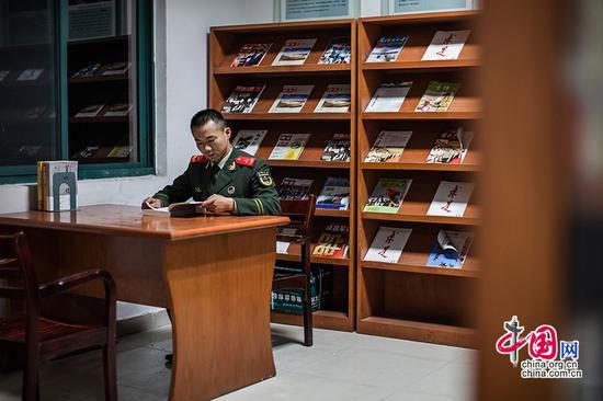 面对数十万字的讲解稿和数千张的照片,王洪滨只用了四天时间就背了下来,并且深刻的去了解了每一张照片背后的故事。自从当起解说员,他的业余时间基本上都被查资料、学党史所占据,训练之余去的最多的地方就是图书馆、阅览室。中国网记者 郑亮摄