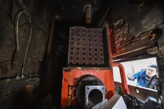 一处厂房一层改造成浴池,二层群租,浴池的锅炉就建在旁边。