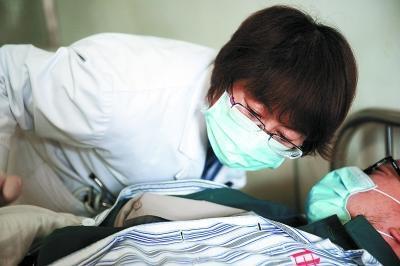 她医治了数百名特殊艾滋病人