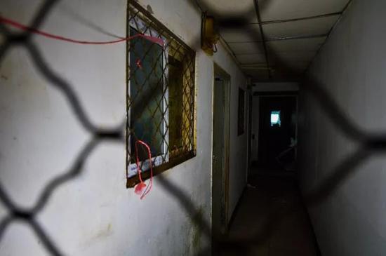房间与楼道间的小窗均被铁网封闭,存在安全隐患。