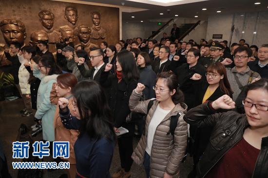 11月27日,在上海中共一大会址纪念馆,全体人员一同重温入党誓词。新华社发(海沙尔 摄)