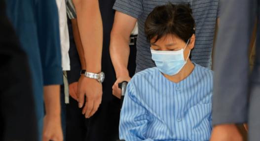 今年8月,朴槿惠因腰疼住院。