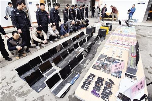 诈骗嫌疑人和一批作案工具 本报记者 宋延康 摄