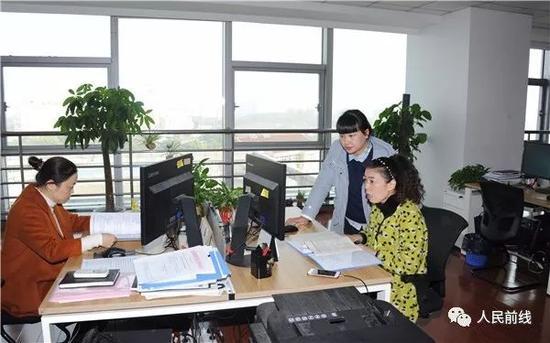 这是她的办公室,宽敞且舒适,更重要的是她工作在一个和谐的团队。