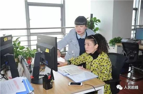 这位姓丁的同事,一直帮着她熟悉了解并很快适应工作岗位。