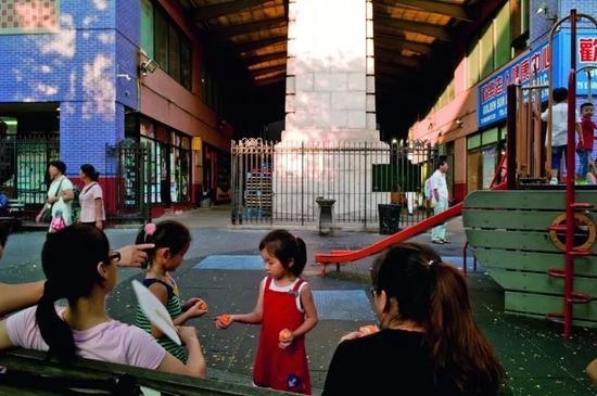 几位年轻的母亲正在唐人街上的一处公共游乐场所与孩子共度下午时光,作为新一代在纽约出生长大的华人,这些孩子又将面临着怎样的文化认同,或许只有时间能给出答案。