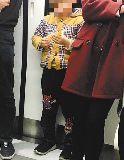 小孩地铁上抢夺陌生乘客蛋卷家长吃完了再要