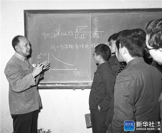 ↑时任中国科学院力学研究所所长、中国科学技术大学化学物理系教授钱学森在课后给同学们解答问题(资料照片,1964年摄)。新华社发
