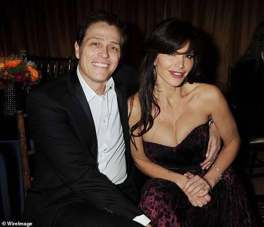 2005年,桑切斯与好莱坞著名的经纪人帕特里克·怀特塞尔结婚,并育有两个孩子。图为2012年,桑切斯和丈夫在一起。
