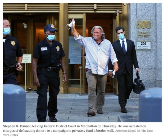当地时间8月20日,班农获释并离开联邦法院。/《纽约时报》网站截图
