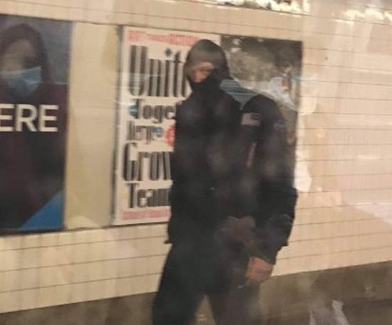 美国亚裔女子地铁里遭男子欺凌:周围没人阻止