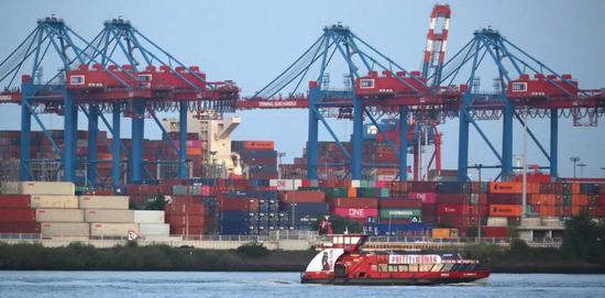 这是8月20日在德国汉堡港拍摄的集装箱船。新华社/欧新