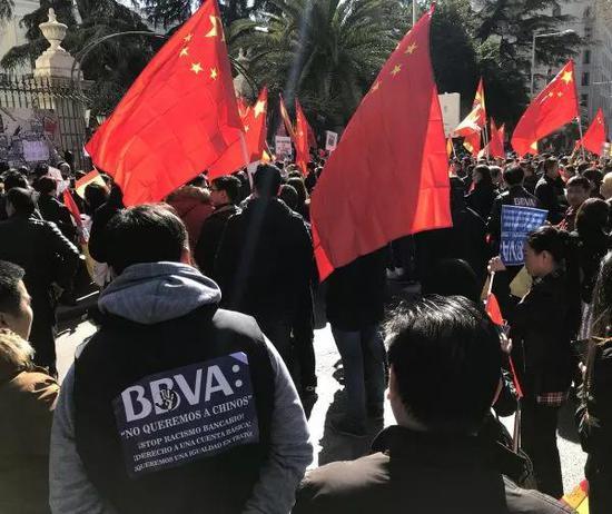 ▲當地時間2月15日,大批華人走上街頭抗議。(新華社/郭求達 攝)