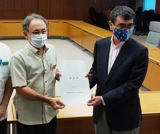 冲绳知事向日本防卫相递交请愿书(时事通信社)