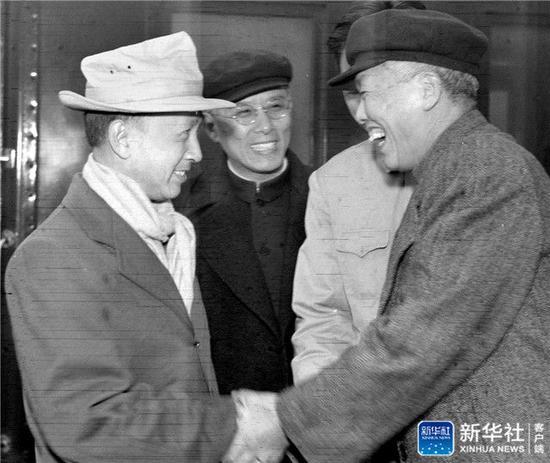 ↑1955年10月28日,从美国返回祖国的钱学森(左一)到达北京,中国科学院副院长吴有训等迎接。新华社发