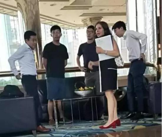 """黄之锋(左二)、罗冠聪(右三)等人与美国驻港澳总领馆""""政治部主管Julie Eadeh(右二)密谋。来源:香港大公文汇全媒体"""