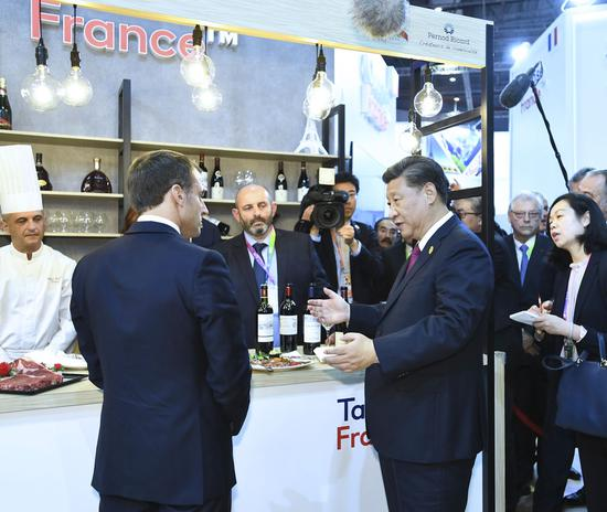 2019年11月5日,习主席在法国总统马克龙陪伴下巡视法国馆。