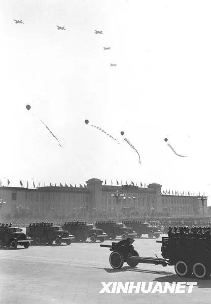 图为中国人民解放军空军和炮兵部队同时接受检阅。新华社记者 袁苓 摄