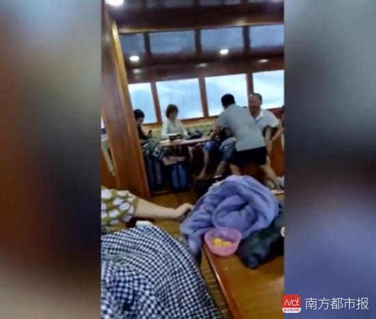 游船傾覆前視頻画面截圖,艙內近二十名遊客沒有穿救生衣。圖片來自梨視頻。