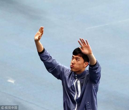 ▵退役仪式上,刘翔向在场观众挥手致意。