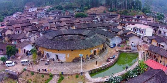 几乎每个   村都有土楼,形态万千,有传统的圆形,方形,也有   椭圆形