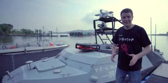 ▲司徒建国和中国产无人船(视频截图)