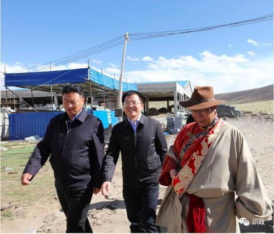 石景山区委副书记、区长文献一行来到称多县