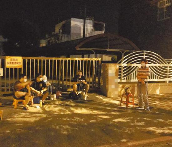 台湾民众熬夜抢打疫苗残剂 百人挤成一团有人跑到摔倒图片