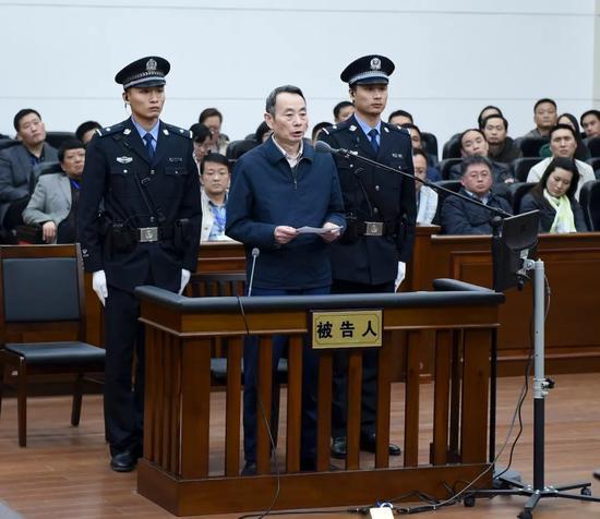 蒋洁敏(中)受审