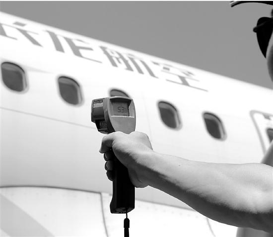 机务班组在对飞机做检查。 本文图片 钱江晚报
