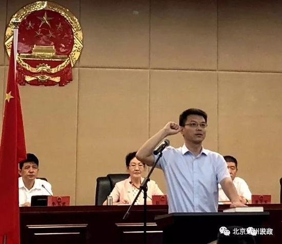 ▲副区长王博进行了庄严的宪法宣誓